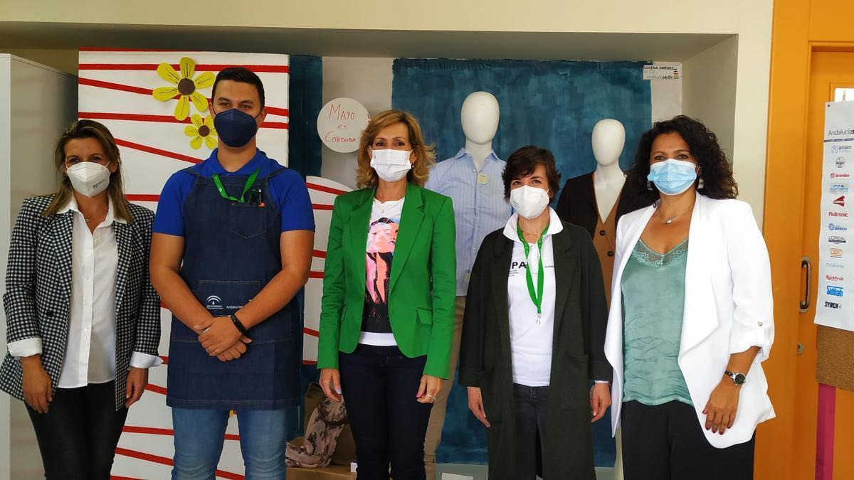 La delegada de Educación, con alumnos y profesores de Escaparatismo del IES Sierra de Aras, de Lucena