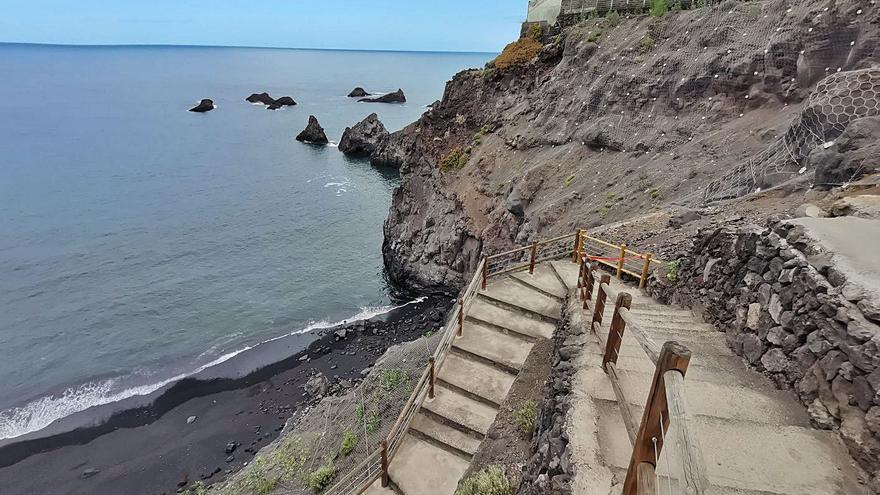 La playa de La Zamora se abre a los bañistas tras años de desprendimientos
