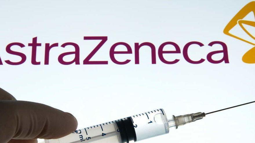 Muere una mujer vacunada con AstraZeneca y retiran el lote administrado