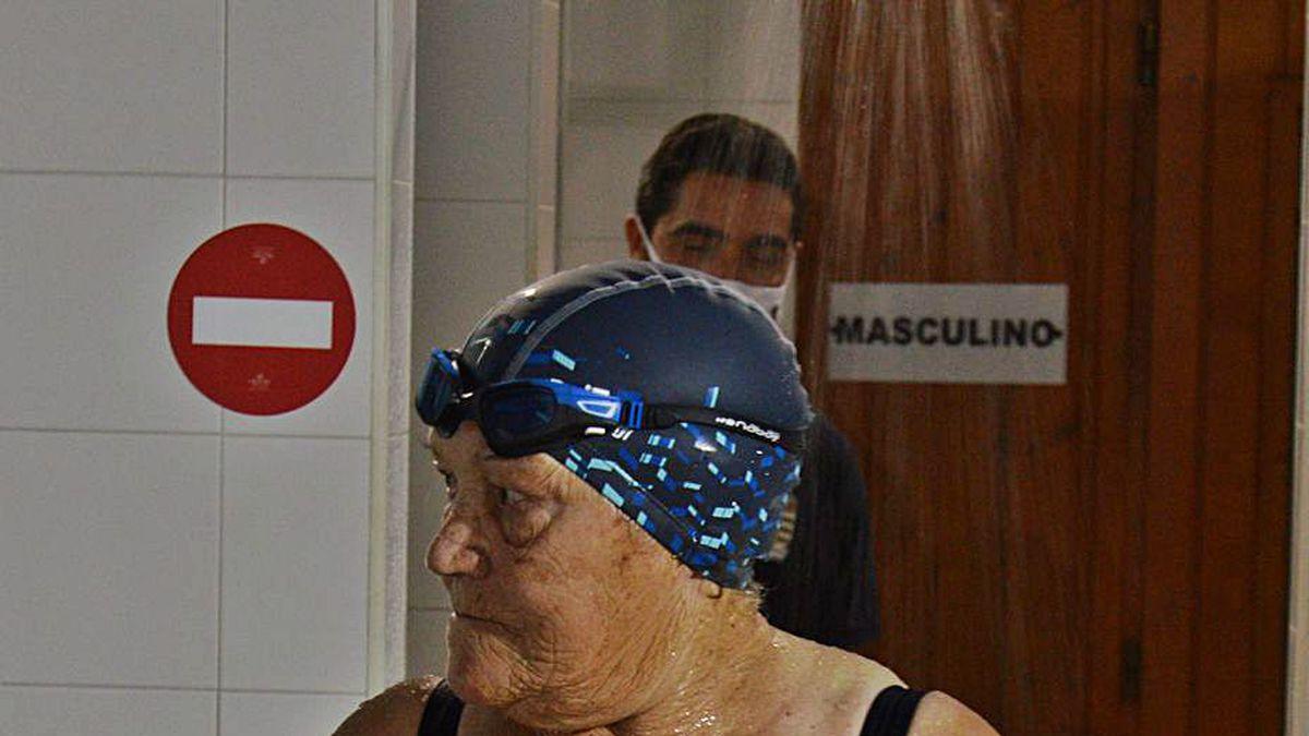 Celia Iglesias, ayer entrando a la piscina municipal de Mos.
