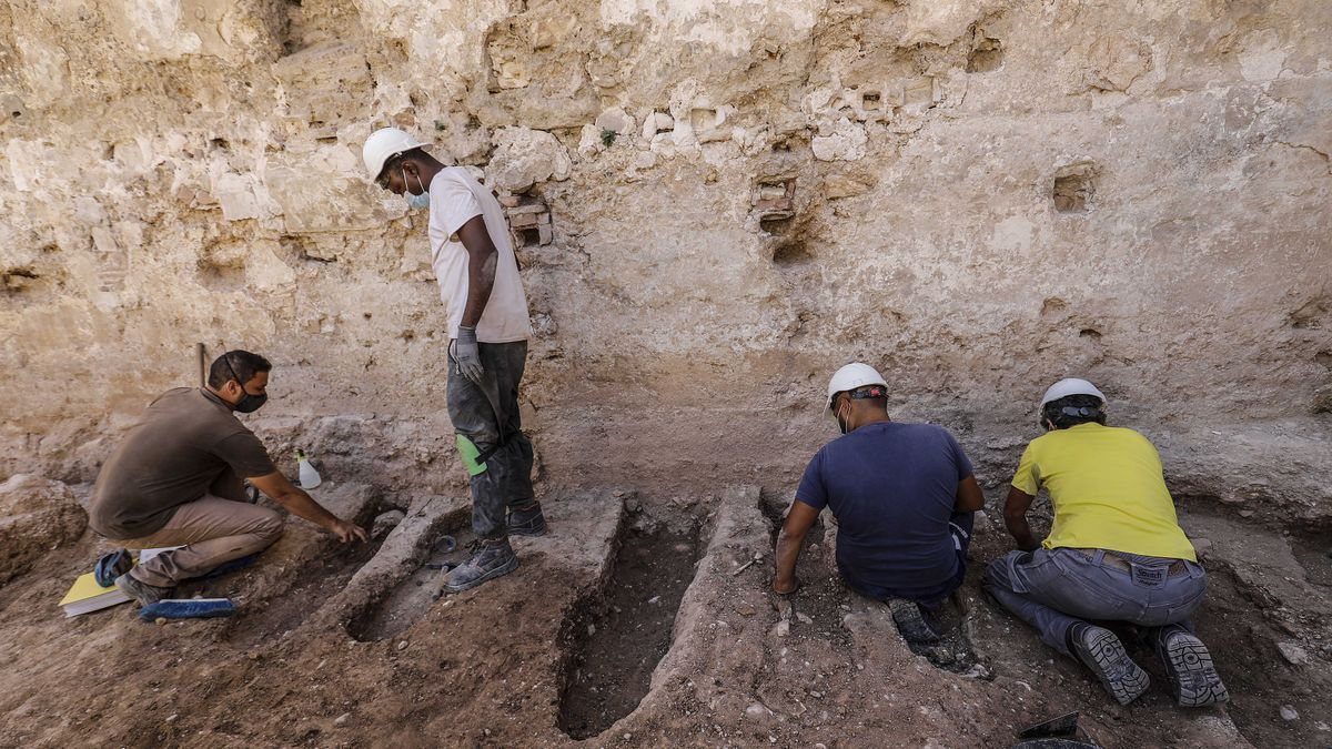 The tombs of children found next to the wall of Valencia