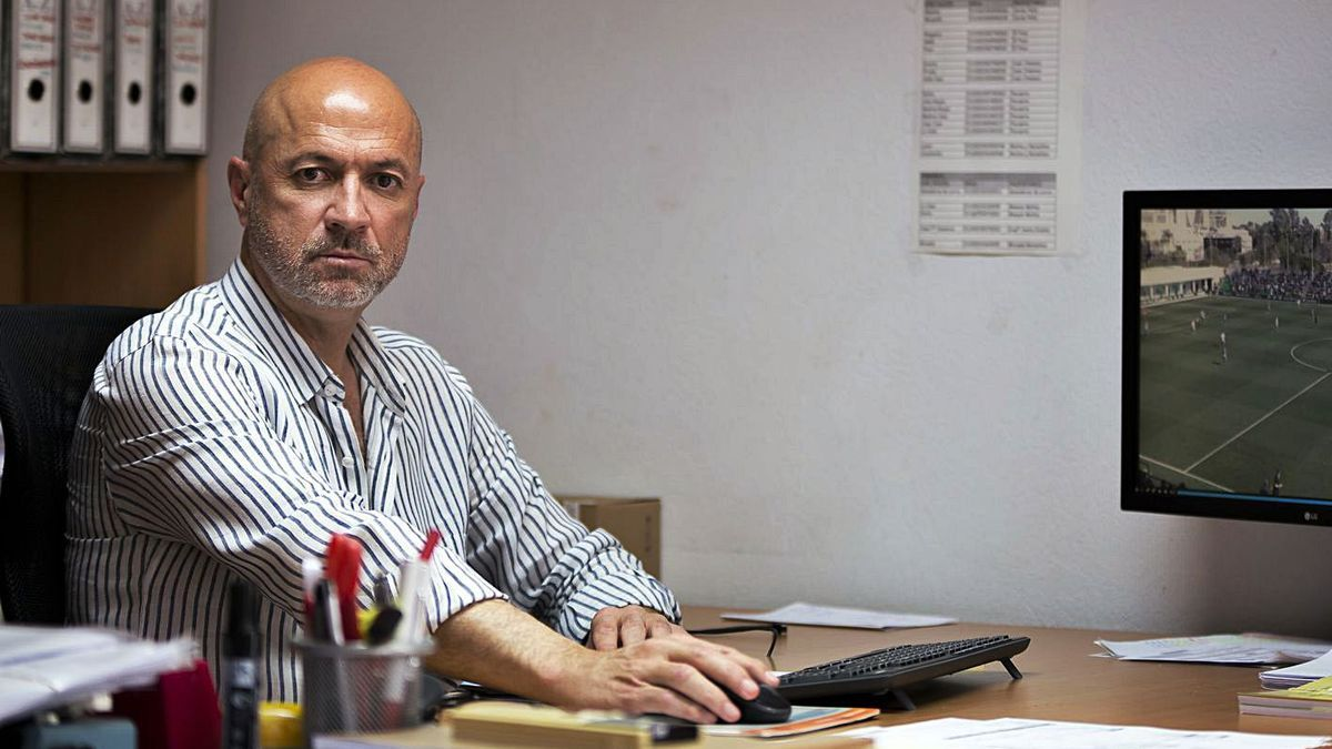 Manolo Molina, nuevo director deportivo del Real Murcia, en su despacho.
