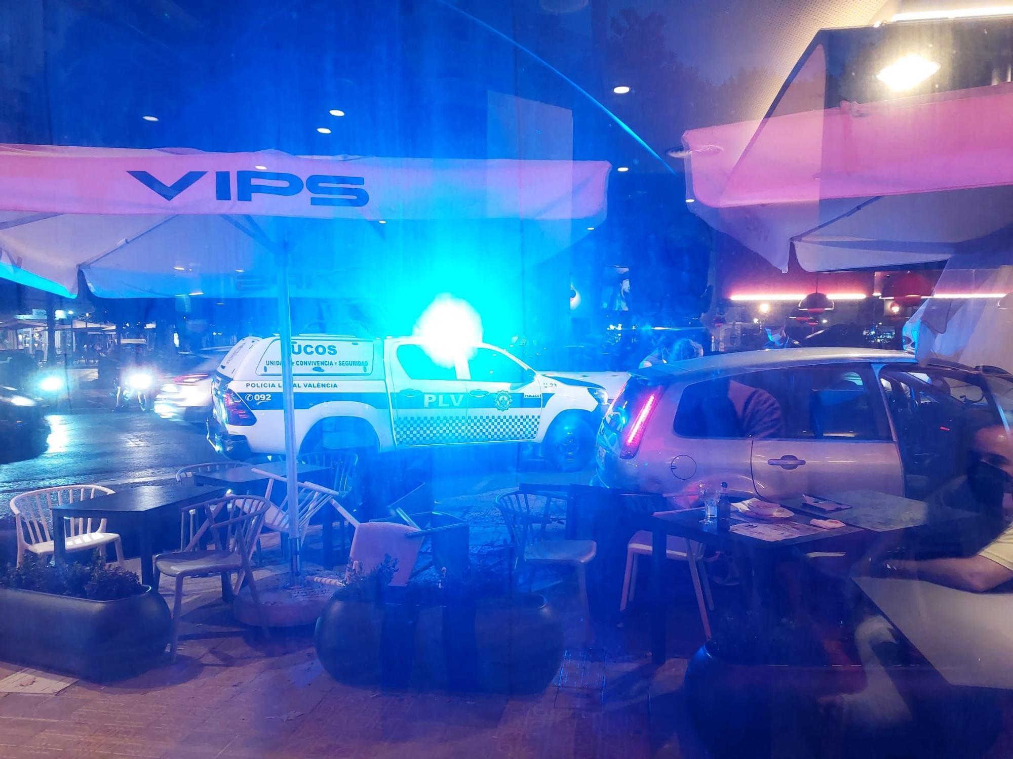 Un coche arrolla la terraza de un restaurante en la Gran Vía de València
