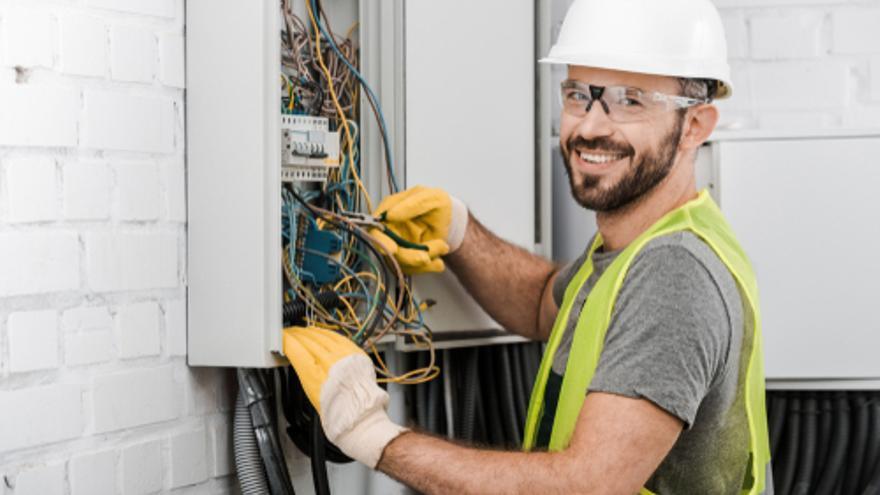 Se necesitan electricistas y oficiales de albañilería en Las Palmas