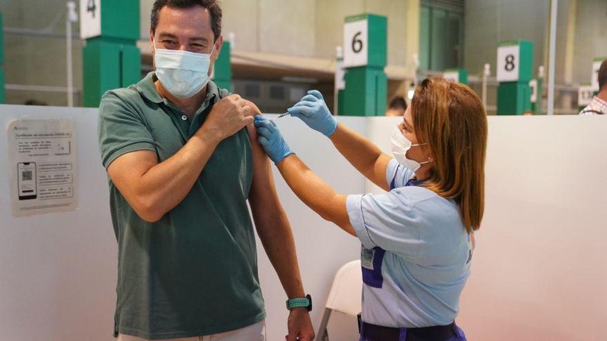 """Juanma Moreno se vacuna contra el covid y anima a los """"andaluces rezagados"""" a inmunizarse"""