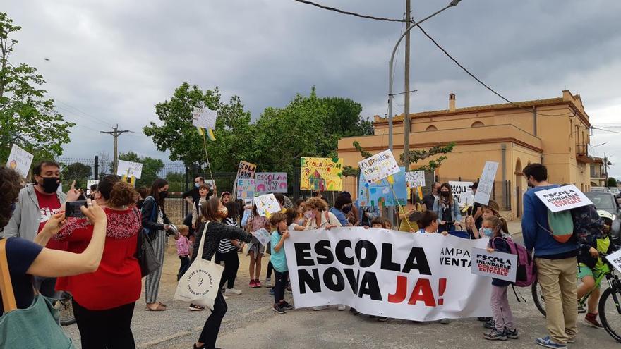 Els alumnes de Ventalló es manifesten per una escola nova