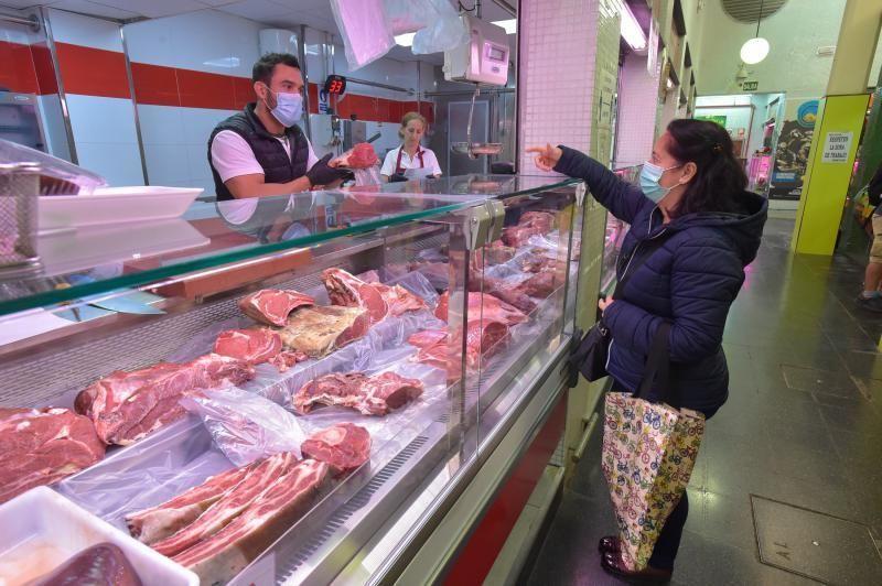 26-03-2020 LAS PALMAS DE GRAN CANARIA. Profesionales que trabajan. Carnicería Carmelo, en el Mercado de Vegueta. Fotógrafo: Andrés Cruz  | 26/03/2020 | Fotógrafo: Andrés Cruz