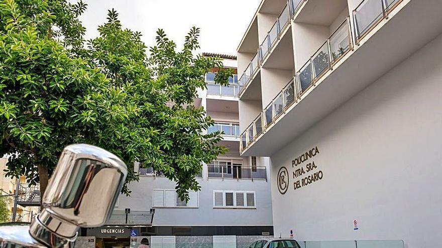 Dos motoristas en la UCI de la Policlínica de Ibiza tras chocar contra un coche