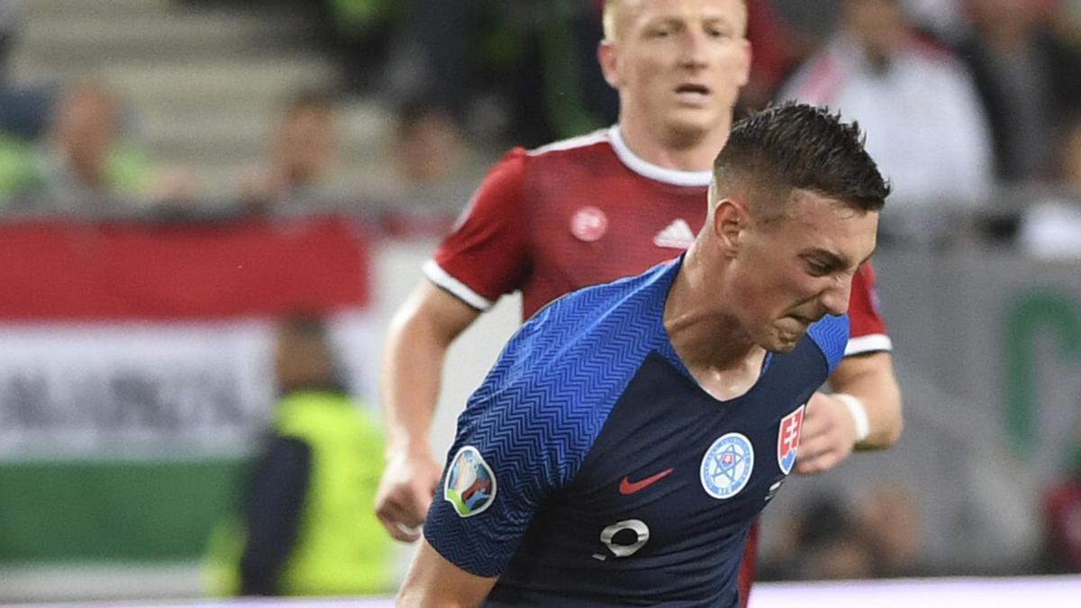 Denis Vavro corta un balón en un partido de Eslovaquia ante Hungría