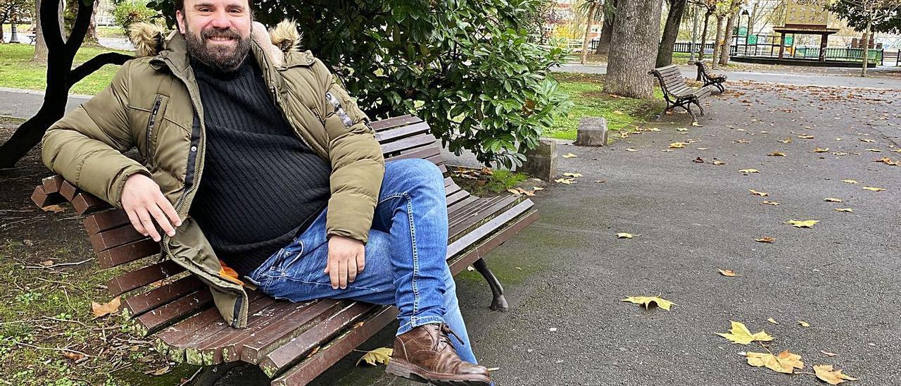 El actor David Blanka, en un banco del parque Dorado de Sama. | Vivas