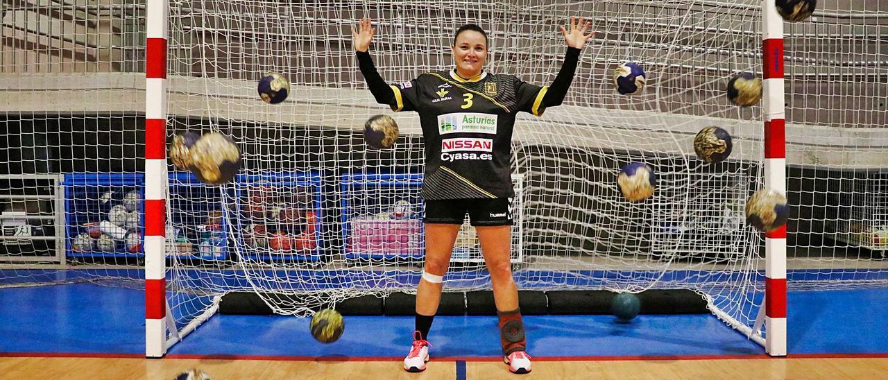 Cristina Pevida, rodeada de balones en un entrenamiento del Balonmano Siero. | Juan Fernández