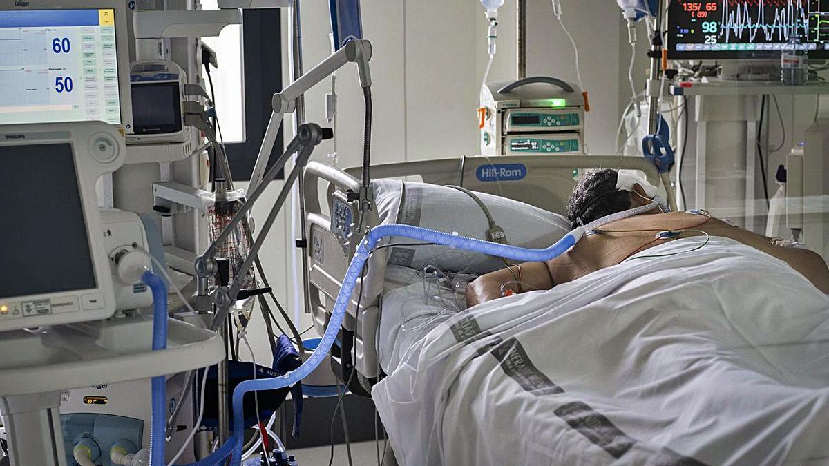 Un paciente ingresa en la UCI del Hospital General de València durante la segunda ola. | GERMMÁN CABALLERO