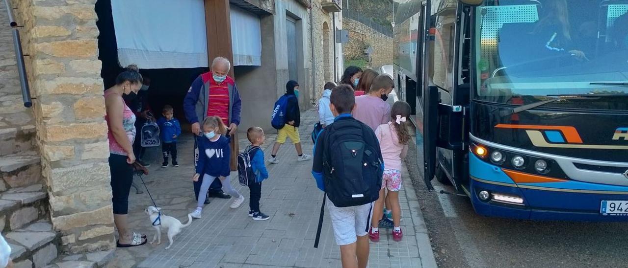 Imagen de los niños de la Todolella subiendo al autobús para acudir al CRA Els Ports, con aulario en Forcall.