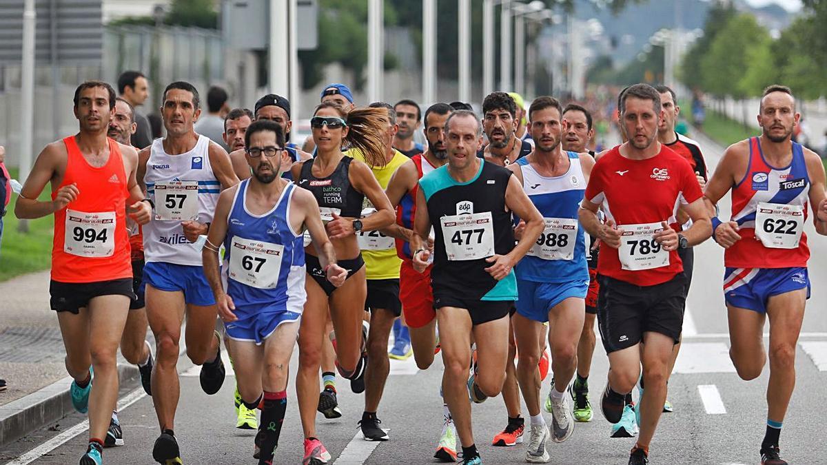 Un grupo de atletas, ayer, durante la carrera. | Marcos León