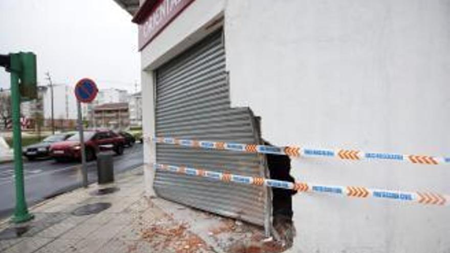 Un coche de la Guardia Civil se empotra contra un bazar en A Estrada