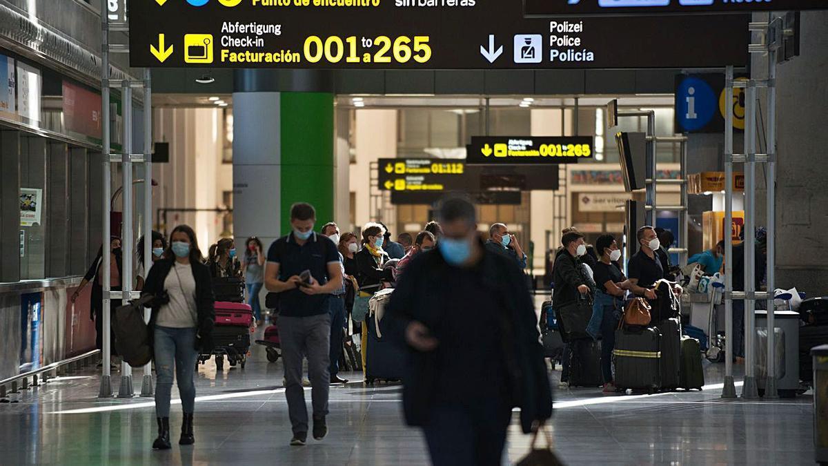 Turistas en el aeropuerto de Málaga.