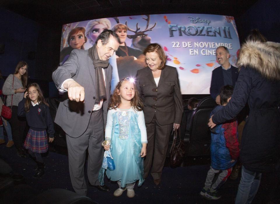 Las niñas asistentes no dudaron en fotografiarse con el alcalde.