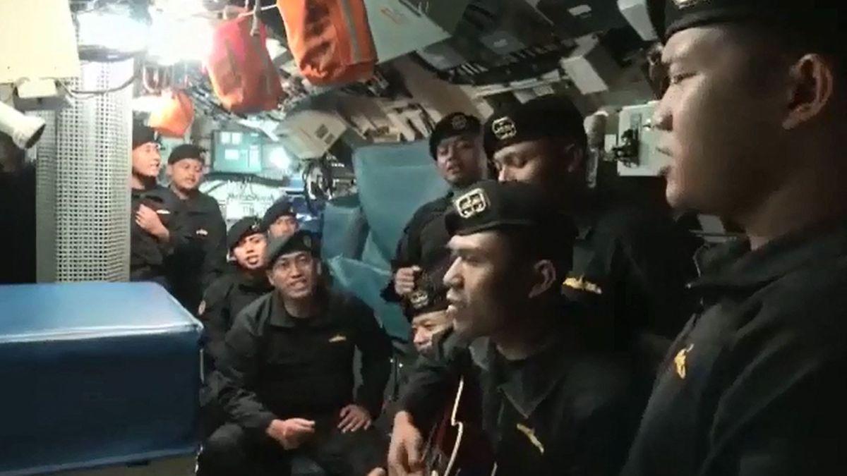 Los tripulantes del submarino indonesio dicen adiós en un vídeo.