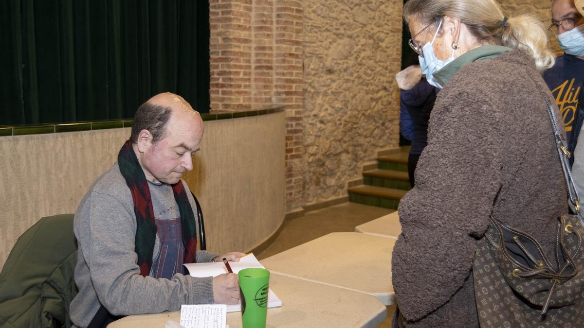 El periodista Marc Testart signant el seu llibre