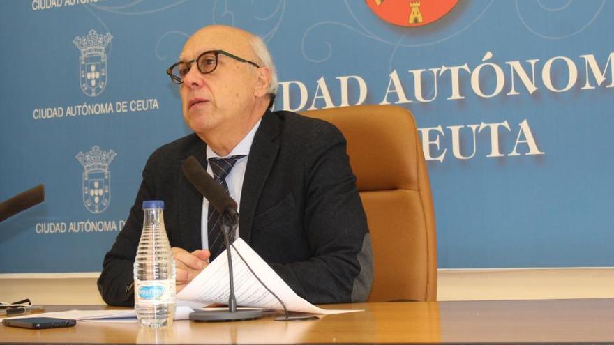 El PP fuerza la dimisión del consejero de Ceuta que se había puesto la vacuna