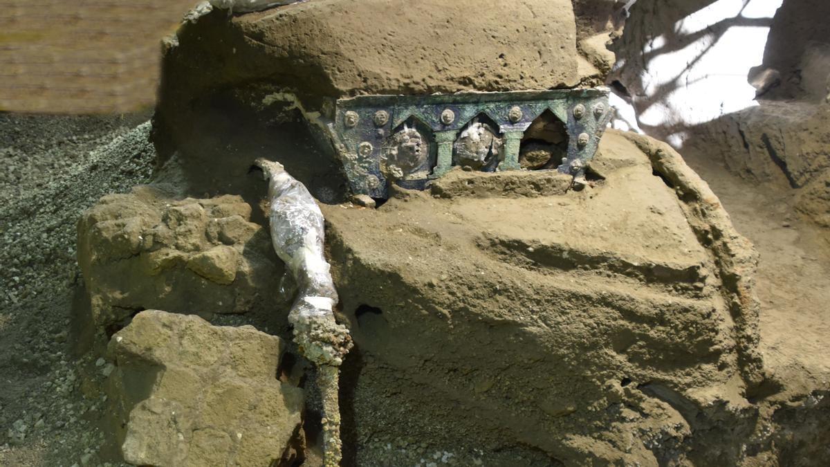 Una gran carroza ceremonial de cuatro ruedas encontrada en Pompeya