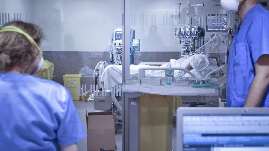Ingresa en la UCI de HUCA, con neumonía grave por covid, un asturiano que ya estaba vacunado con las dos dosis