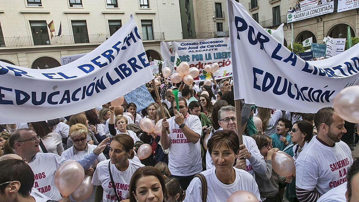Mobilizations in 2016 in favor of concerted teaching before the Alicante City Council |