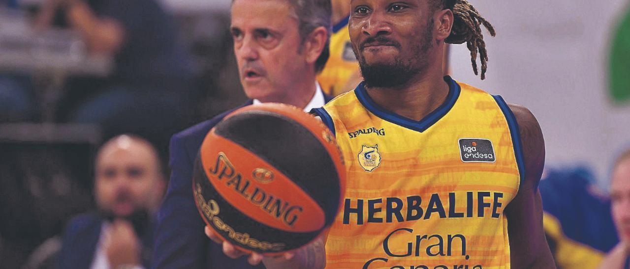 Andrew Albicy, base del Granca, con la camiseta donde queda estampado el 'naming' de Herbalife Gran Canaria.     ACB PHOTO/M. HENRÍQUEZ