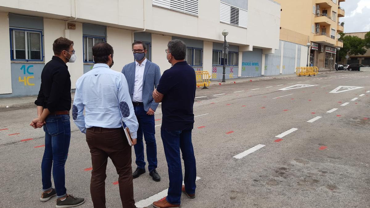 El alcalde, José Hila, este viernes en la calle utilizada por los alumnos del colegio Felip Bauçà.