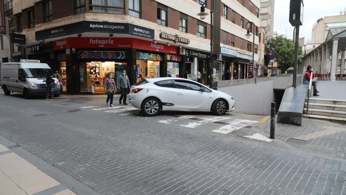 Un vehículo entra, ayer, en el aparcamiento público de la plaza Santa Clara.