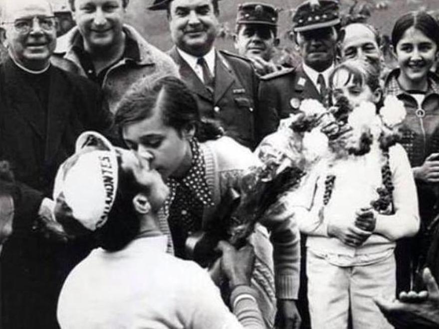 Marily Zapatero le da un beso a Abilleira en el podio de la etapa.
