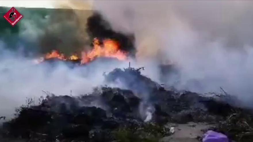 Aparatoso incendio en el vertedero de El Campello
