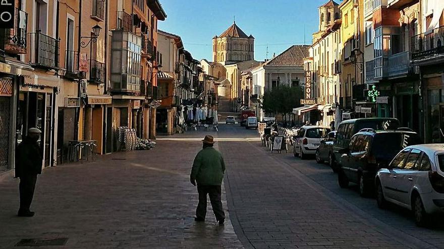 Comercios y bares enclavados en la Puerta del Mercado de Toro. | M. J. C.