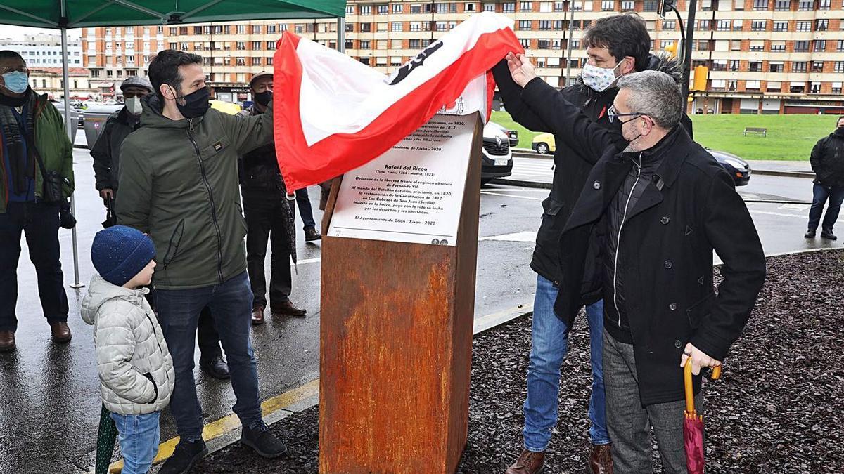 Por la izquierda, Juan Chaves, Alberto Ferrao y José Carlos Fernández Sarasola, descubriendo la placa. | J. Plaza | J. PLAZA