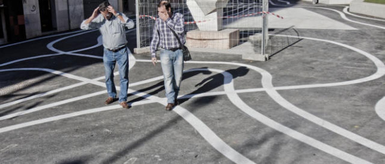 Serpenteantes rayas blancas recorren la plaza de Pío XII