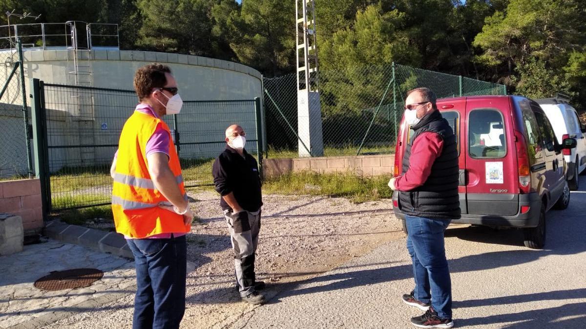 El alcalde de Xeraco, junto a un depósito de agua en el vecino término municipal de Xeresa.