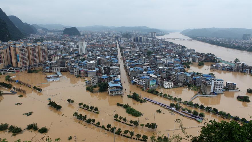 China acumula 15 fallecidos y cerca de dos millones de afectados por las inundaciones
