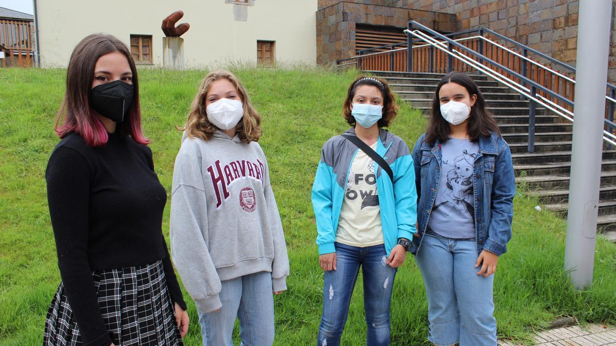Por la izquierda Saray Berdiales, Beatriz Fernández, Anghelly Hernández y Alejandra Méndez, ayer, en La Caridad.