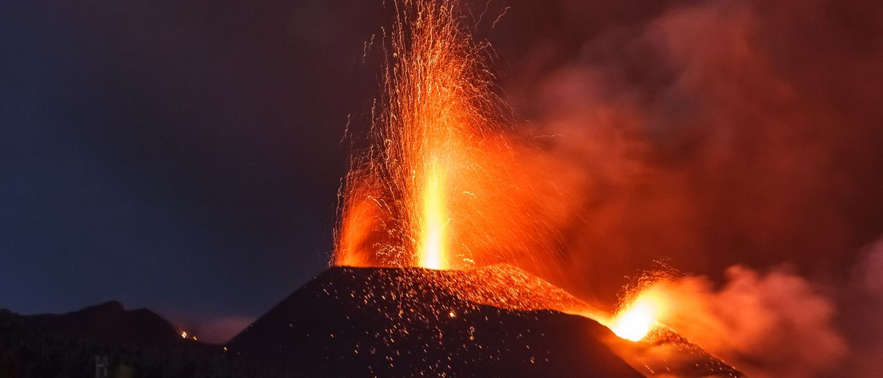 La elevación del terreno próximo al cráter principal del volcán de La Palma atisba mayor caudal de lava