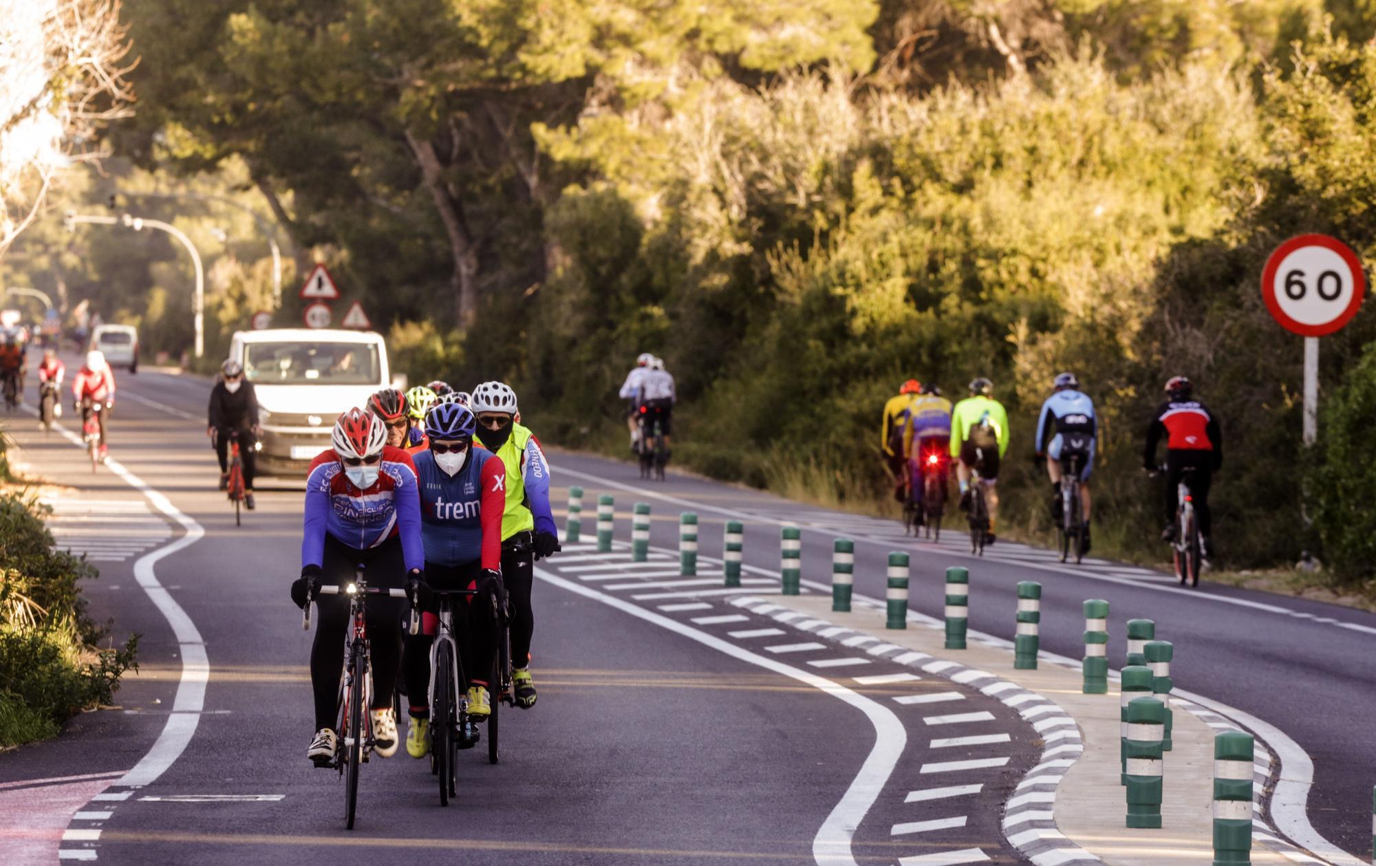 Los ciclistan abarrotan la carretera del Saler