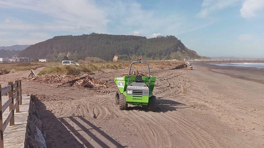 Arranca la limpieza de temporada en la playa de Los Quebrantos, en La Arena