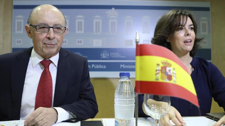 Montoro saca adelante el déficit autonómico con la abstención de Extremadura