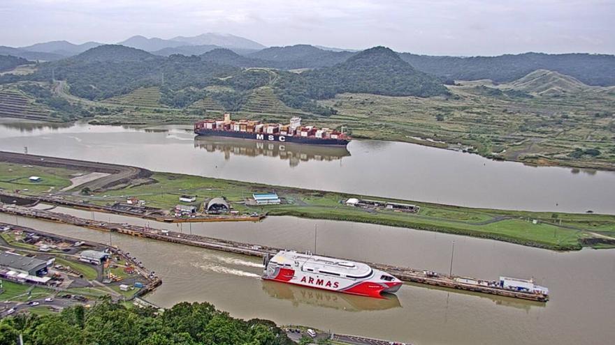 El 'Volcán de Taidía' atraviesa el canal de Panamá en su viaje hacia Canarias