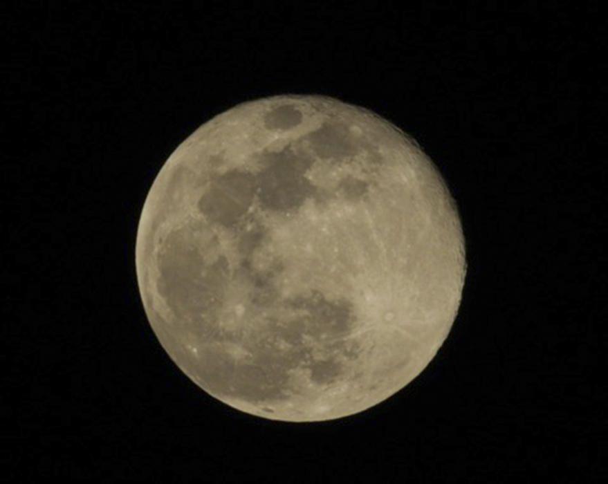 Lluna. Aquesta imatge ens arriba de Calaf, on podem veure tots els detalls que ens deixa aquesta lluna ben gran i plena, amb un cel ben negre de fons, que fa que encara brilli molt més.