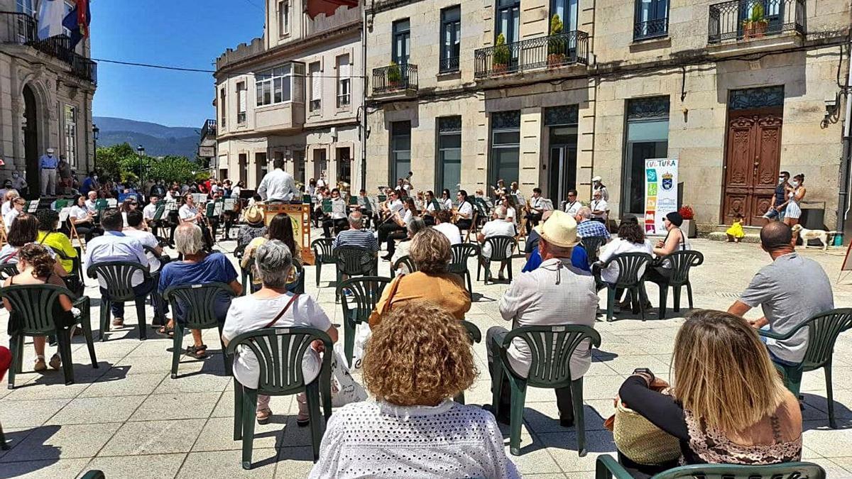 A Agrupación Musical de Vincios en concerto na Praza Paradela, nas festas de San Bieito.     // D.P.