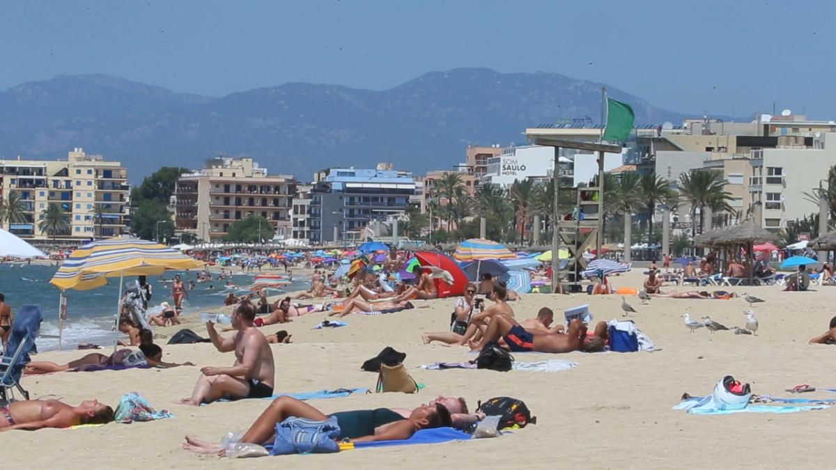 Die Playa del Arenal voller Touristen