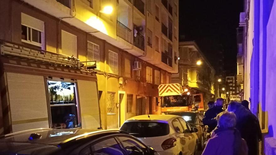 Desalojan siete viviendas en un edificio de Elda tras un incendio con un herido grave