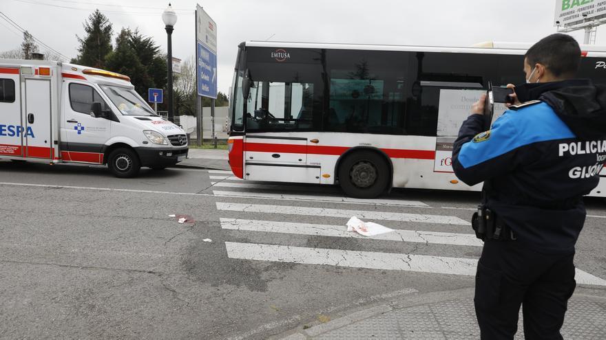 Un hombre de 73 años, herido en la cabeza tras el golpe de un autobús
