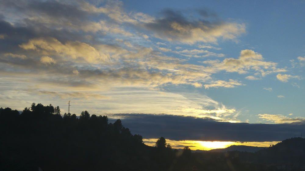 Manresa. En aquesta imatge que ens ha fet arribar una de les nostres lectores, podem veure una bonica posta de sol on es veuen les diferents tonalitats de blaus i grocs que destaquen al cel.
