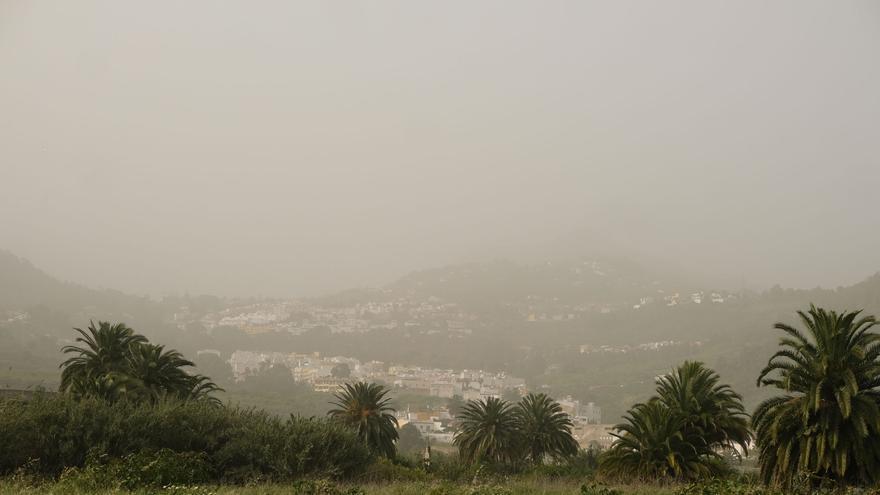 La calima continúa en Canarias a la espera de las fuertes lluvias del domingo